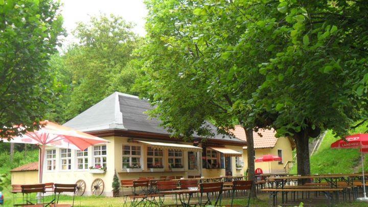 Mit seinem idyllische Biergartendirekt am Fuße der Burgruine Neideck und mit Blick auf die fränkische Schweizbietet sich das