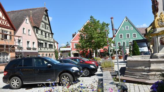 Autos auf dem Rother Marktplatz? Viel Ja, viel Nein