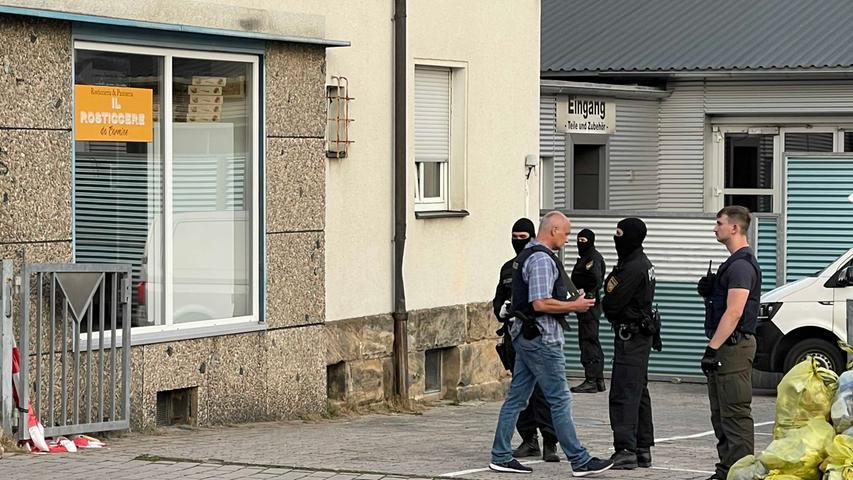 Am Donnerstagnachmittag konnten in verschiedenen Stadtteilen in Bayreuth sowie im Bereich Lichtenfels und in Bamberg insgesamt sieben Personen festgenommen und die bislang verdeckten Maßnahmen der Polizei beendet werden.Die Aktion wurdevon Spezialeinheiten der Polizei unterstützt.
