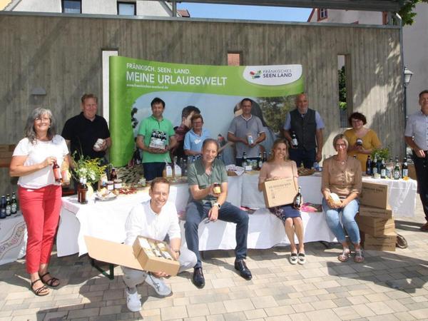Die Seenland-Kisteist ein großes Gemeinschaftswerk. Neben Unternehmer René Urban und dem Tourismusverband (vertreten durch Geschäftsführer Hans-Dieter Niederprüm und dem Vorsitzenden Manuel Westphal, von links) sind zahlreiche heimische Erzeuger mit im Boot.