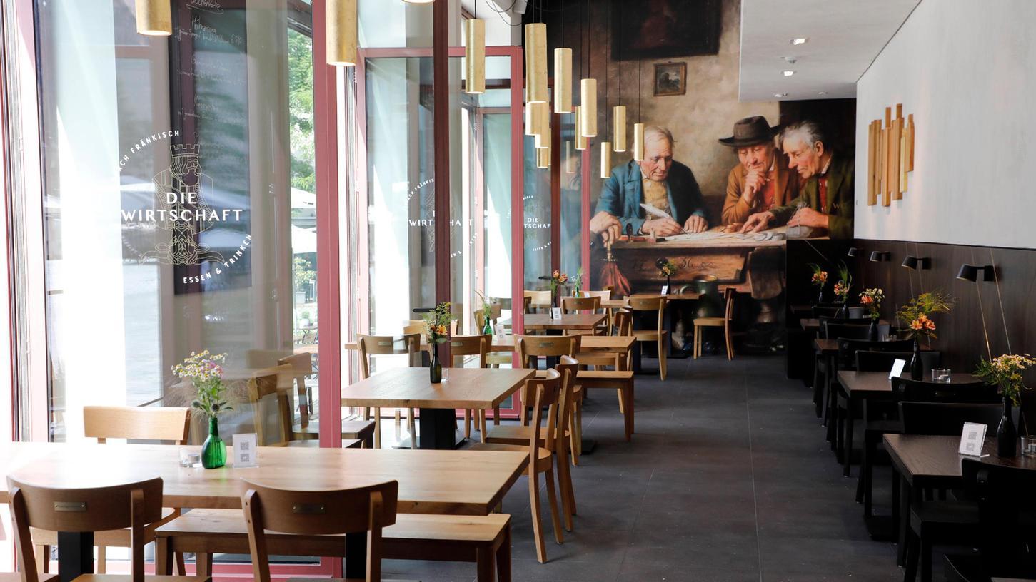 In dem lang gezogenen Gastraum mit den deckenhohen Fenstern und in uneitler Atmosphärebekommt man fränkische Küchenklassiker modern interpretiert serviert.
