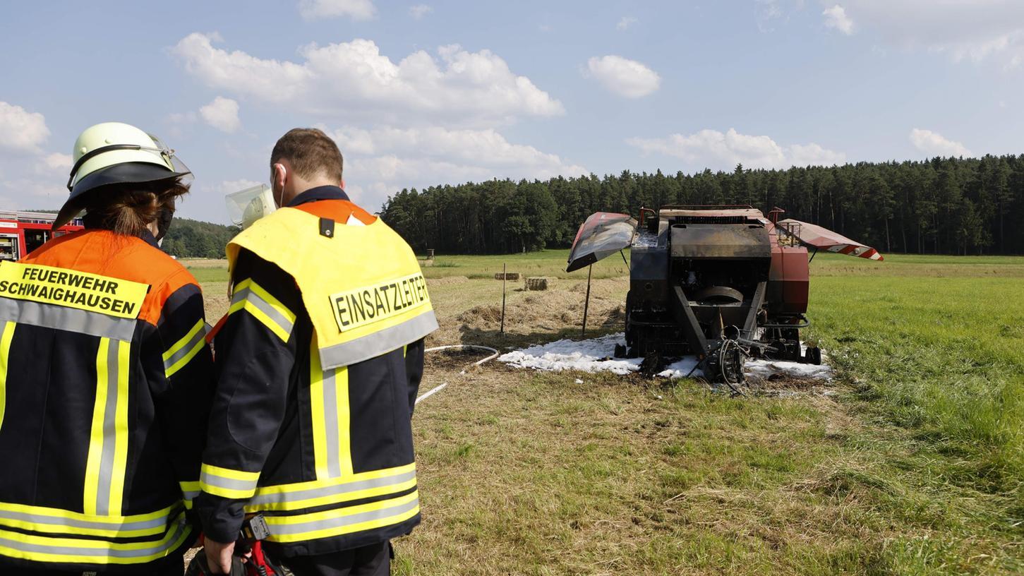 Die Ballenpresse war in Flammen aufgegangen, doch die Einsatzkräfte der Großhabersdorfer Feuerwehren brachten den Brand schnell unter Kontrolle.