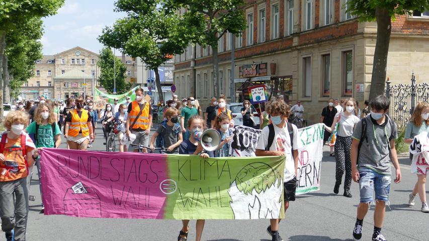 Rund 300 Menschen protestierten in Bamberg auf der Demonstration von Fridays For Future für konsequenteren Klimaschutz.