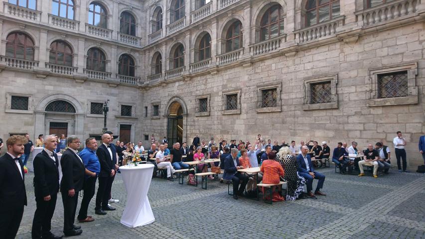Rund 80 Gäste kamen zum Empfang im Innenhof des Rathauses zusammen.
