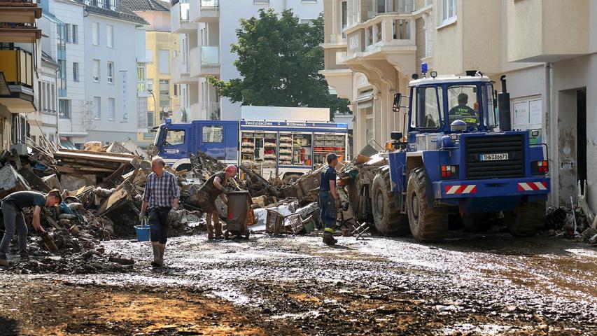 Querdenker bewerfen THW-Helfer in Flutgebieten mit Müll