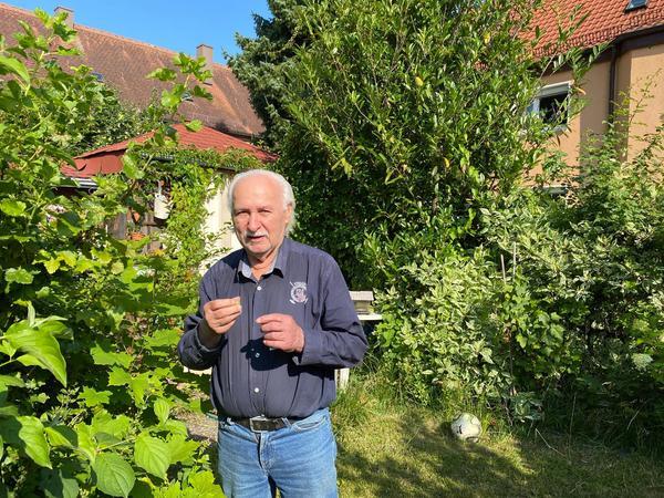 Hugo Bloch, hier bei den Stachelbeeren im Gärtchen hinter dem Haus,vermisst nichts. Wozueine Sommerstraße, fragt er und verweist auf den Parkdruck am Finkenschlag.