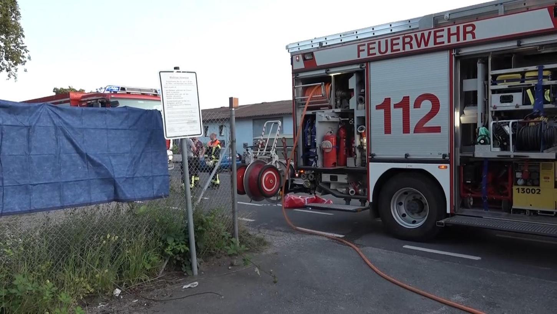 Einsatz in Großostheim: Eine junge Frau war dort in einem Altkleidercontainer ums Leben gekommen. Die Einsatzkräfte konnten sie nur noch tot bergen.