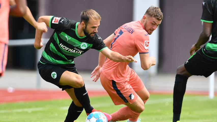 Vier Tore, zwei auf jeder Seite: Das Kleeblatt hat in der Vorbereitung auf die kommende Saison in der Bundesliga ein 2:2-Unentschieden gegen die TSG aus Hoffenheim verbuchen können. Bei sommerlichen Temperaturen wurde ordentlich durchgewechselt - hier kommen alle Bilder!