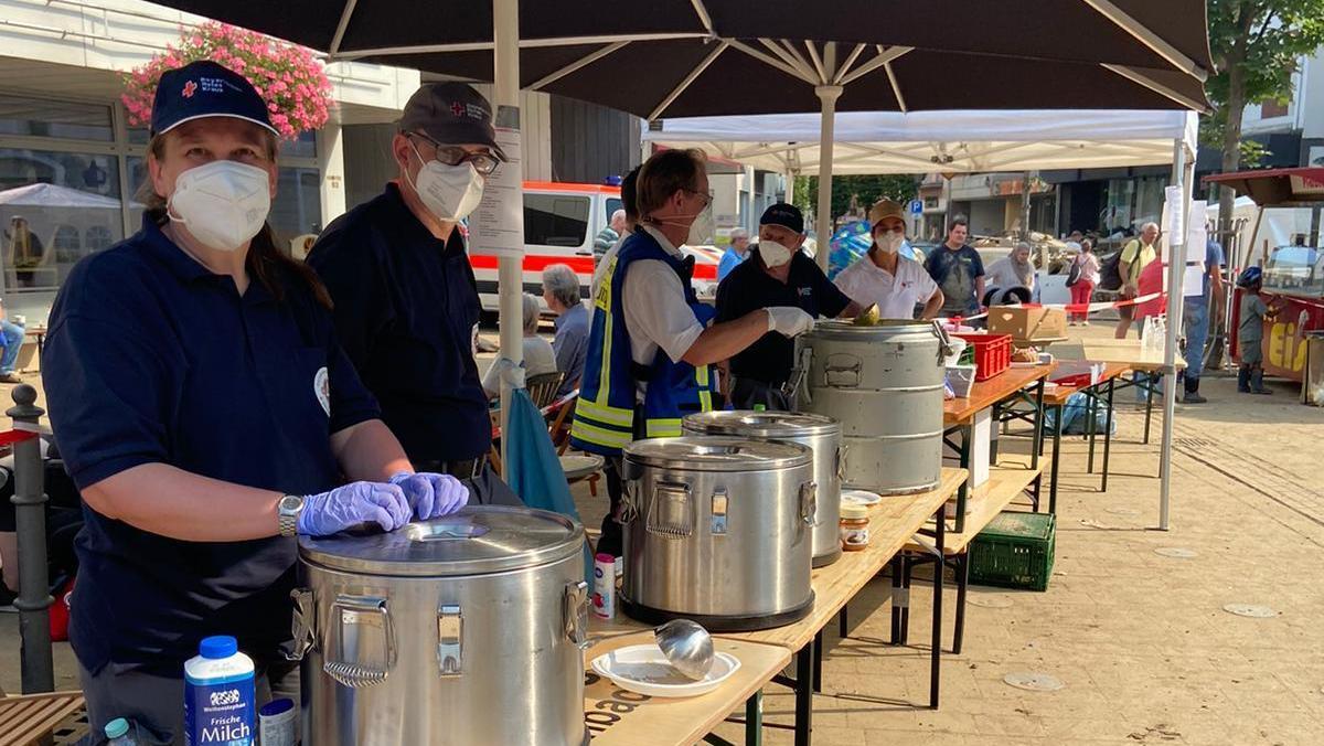 Kein Strom, kein Wasser: Kräfte des Fürther BRK haben in den vergangenen Tagen Menschen im Ahrtal mit Essen versorgt.