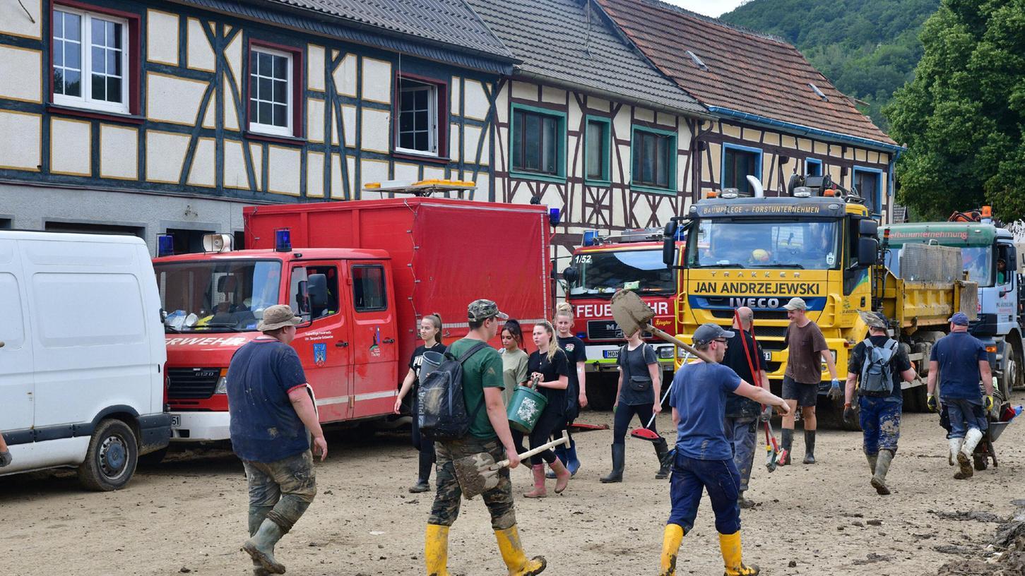 Die Polizei appelliert an Helferinnen und Helfer, sich nicht mehr auf den Weg in das Katastrophengebiet in Rheinland-Pfalz zu machen.