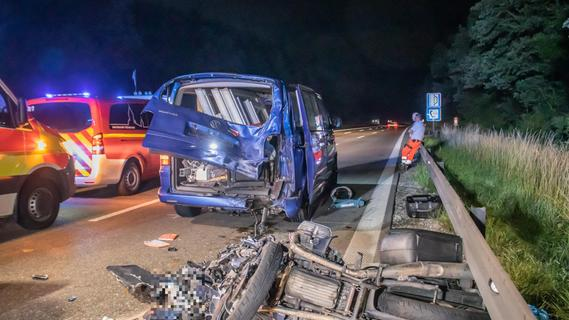 A6 bei Ansbach: Motorradfahrer prallt gegen Transporter und stirbt