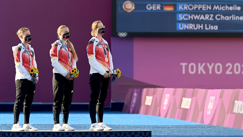 Jubel bei den deutschen Bogenschützinnen um die Feuchterin Charline Schwarz. Das Team holt Bronze bei Olympia in Tokio.