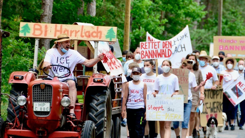 Gegen den möglichen Standort Harrlach für das von der Bahn geplante ICE-Ausbesserungswerk demonstrierten die Harrlacher zusammen mit Politikern sowie Vertretern von Naturschutz, Forst- und Landwirtschaft.