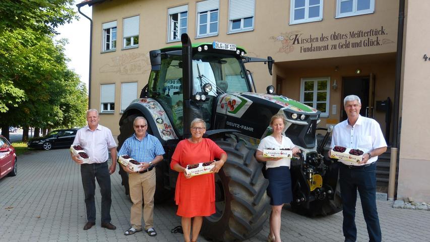 Vor dem Obstmarkt Igensdorf: Reinhard Friedrich, Werner Nützel, Rosi Kraus, Tina Weishaupt, Hermann Greif (v.li.)