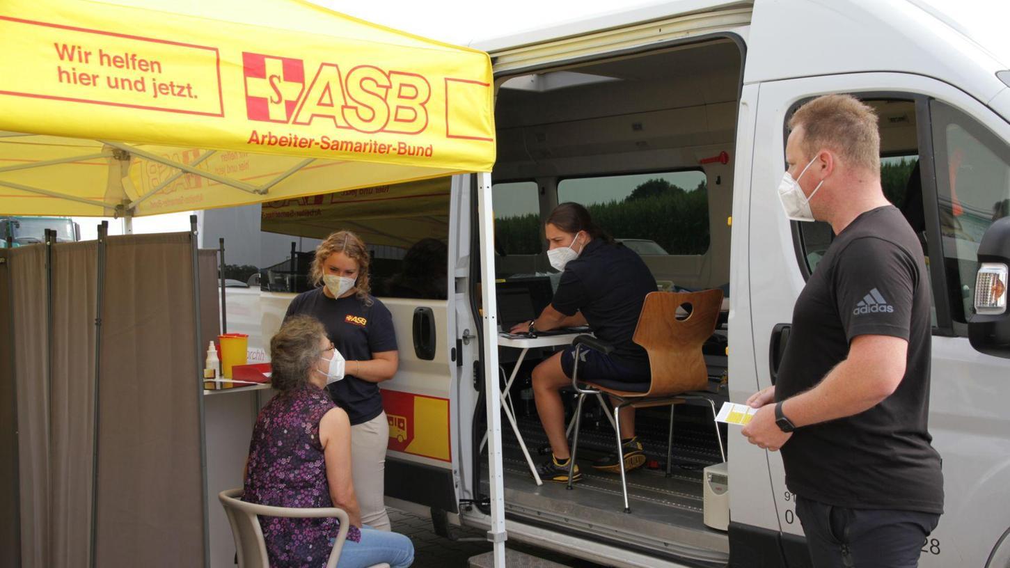 Mobiles Impfen in Neuses:Sebastian Weiß, Leiter des Impfzentrums Forchheim vom Arbeiter-Samariter-Bund (ASB) (rechts) und Ärztin Eva Leithner (links).