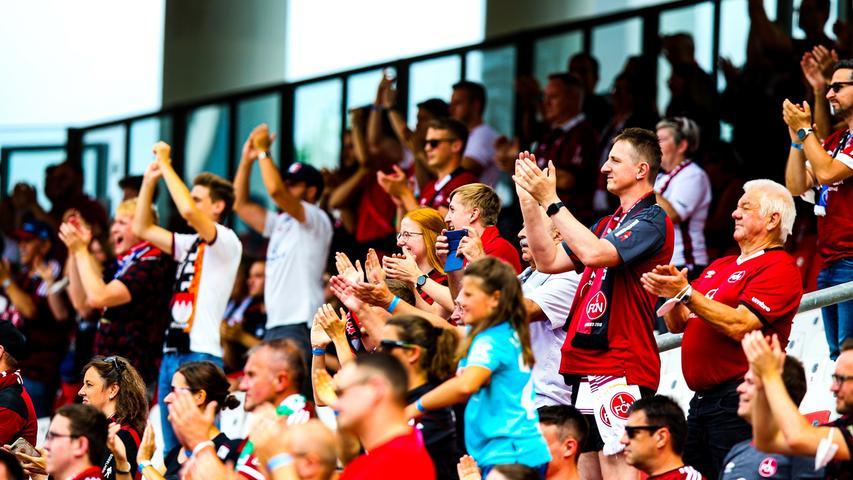 Auf diesen Moment haben Club-Fans sooo lange gewartet - am Sonntag war es dann endlich so weit: Zum Saisonauftakt gegen Aue durften erstmals wieder Anhänger Nürnbergs Herz- und Schmerzverein im Stadion anfeuern. Die Mannschaft saugte die Stimmung direkt auf - hier kommen die Bilder mit leichtem Gänsehaut-Alarm!