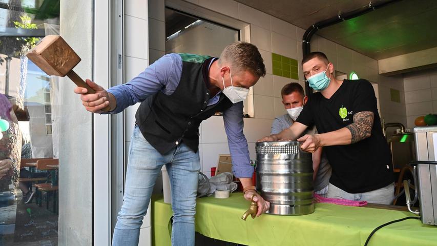 Erlangens Bürgermeister Jörg Volleth zapfte das erste Fass Bier der neuen Brauerei von Marco Krapp (r.) an.