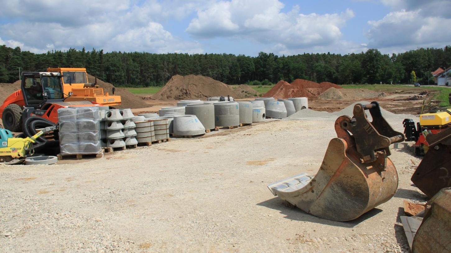 """Im neuen Baugebiet """"Am St. Wolfgang"""" sind die Baumaschinen aufgezogen, die Erschließung des rund vier Hektar großen Gebiets hat begonnen"""
