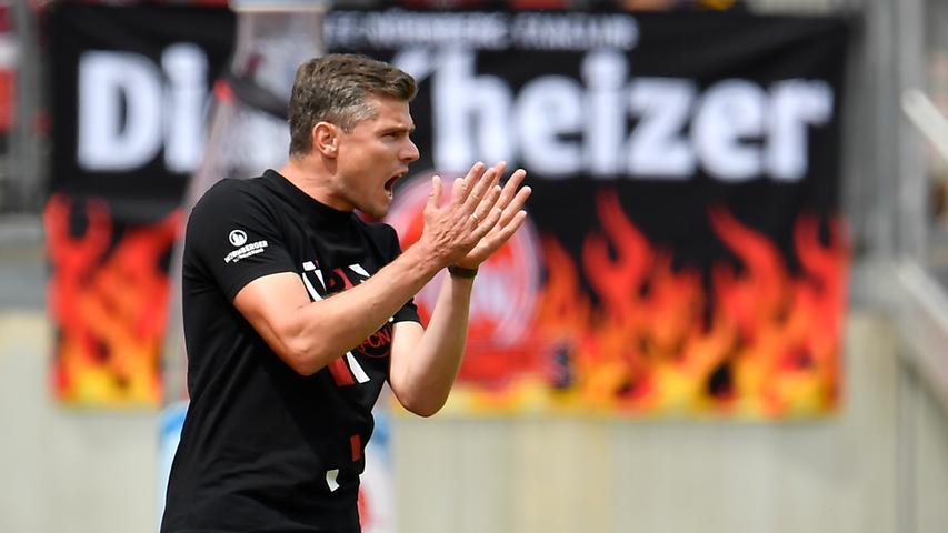 Auch Nürnberg-Coach Robert Klauß unternimmt jede Menge, um seine Mannen nach vorne zu treiben.