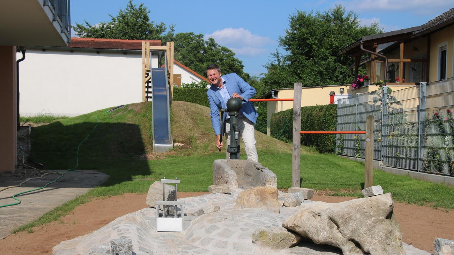 Ehrenamtlich haben Eltern dem Alesheimer Kindergarten einen kleinen  Wasserspielplatz gebaut. Soviel Engagement freut Klaus Neumann, den  Kindergartengeschäftsführer des evangelischen Dekanats Weißenburg.
