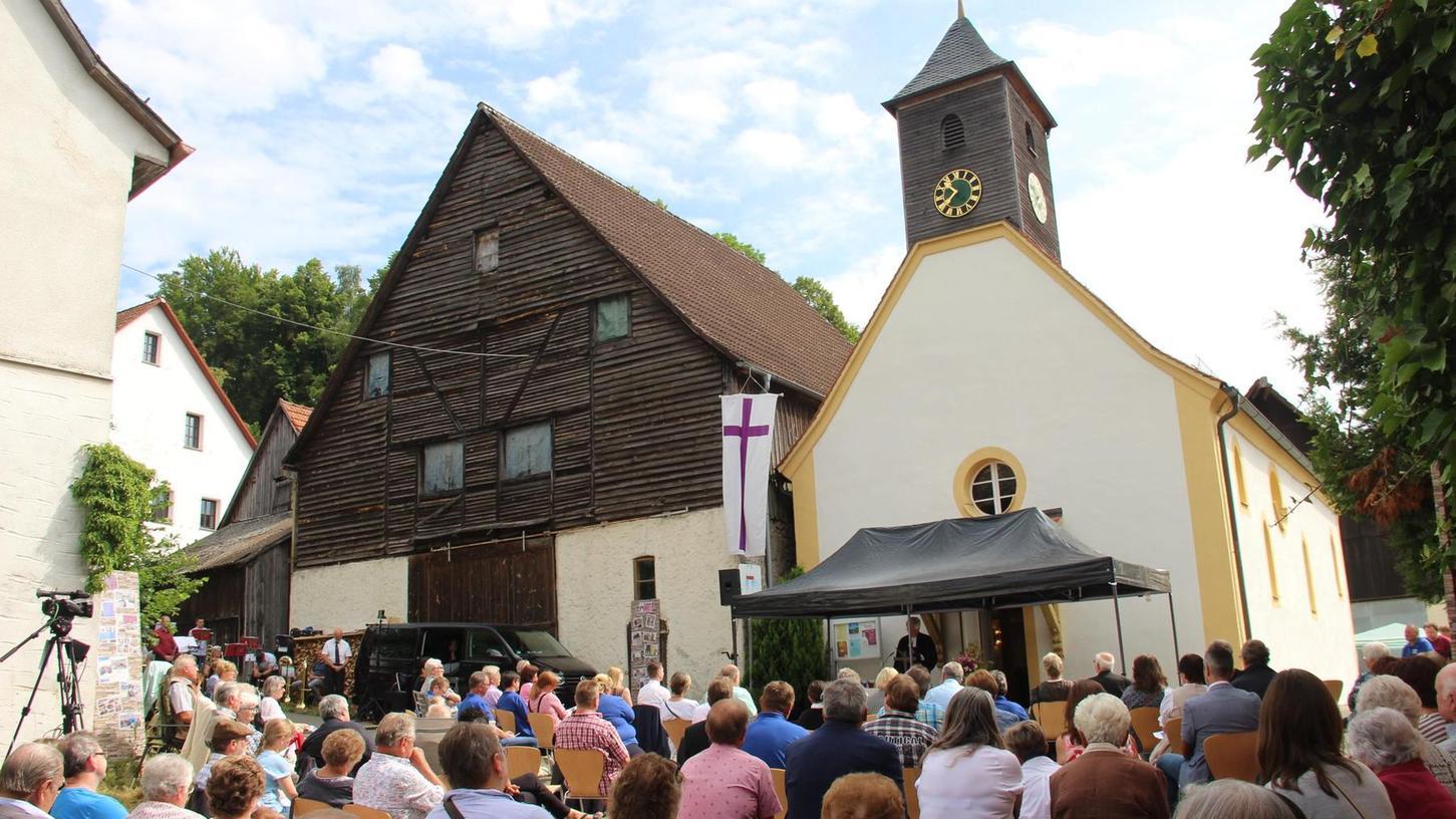 Aus Platzgründen nach draußen verlegt wurde der Festgottesdienst zum 600-jährigen Bestehen der St. Georgskirche. Rund 150 Gläubige, zum Teil aus angrenzenden Orten und anderen Dekanatsbereichen, hatten sich eingefunden.