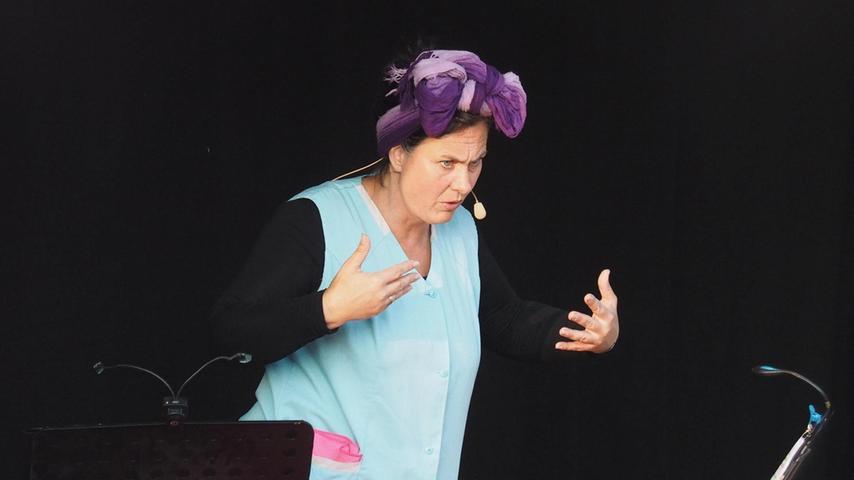 """Beim wiederholten Anlauf hat es nun geklappt: Vor rund 100 Zuschauern zeigte Kabarettistin Ines Procter am Freitag auf dem Sportgelände der SG Trockau ihr Programm """"Schwamm drüber"""". Procter ist vor allem bekannt als """"fränkische Putzfrau"""" aus der """"Fastnacht in Franken"""". In dieser Rolle tourt sie auch. Für die 48-Jährige war es der erste Auftritt seit langem vor Publikum. Der Kabarett-Abend war der Auftakt zum Sportfest der SG Trockau, das corona-bedingt heuer als """"Biergartenfest"""" durchgeführt wurde. Samstag und Sonntag zeigten sich die beiden Herren- und drei Jugendmannschaften der SG Trockau."""