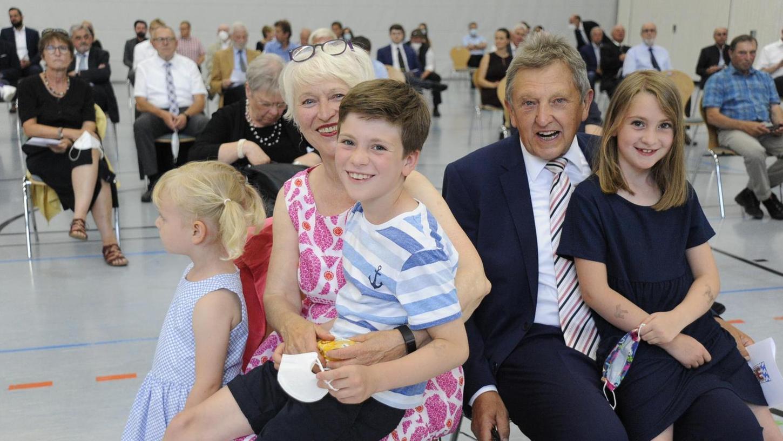 Ehefrau Gisela, die Enkel Ferdinand (Mitte) und Pauline, sowie die dreijährige Emmi (links) begleiteten Hermann Hübner zu seiner offiziellen Verabschiedung.