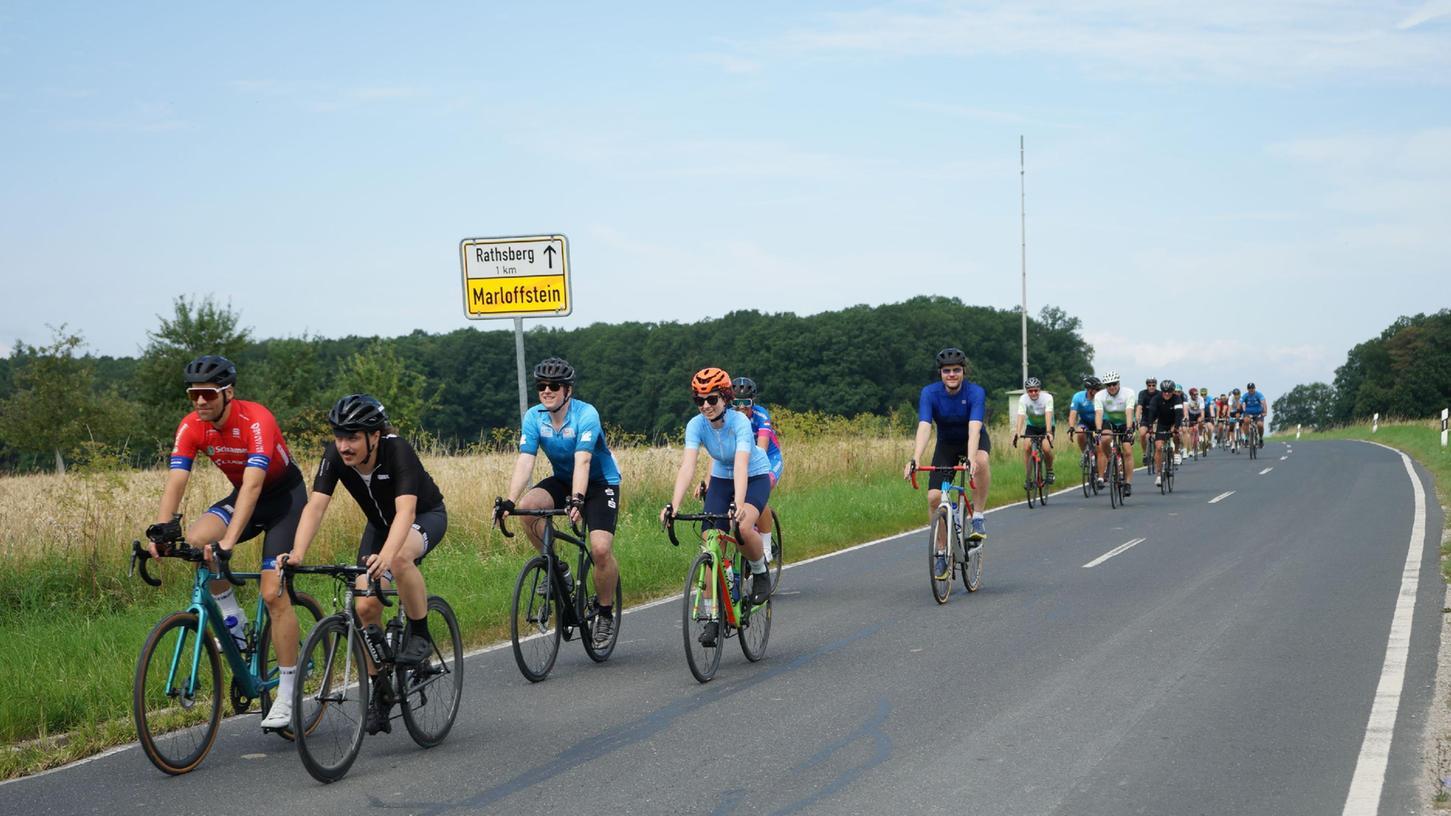 Gemeinsam auf den Spuren der Profis: Nürnbergs Oberbürgermeister Marcus König (5. von links) ist gemeinsam mit seinem Erlanger Amtskollege Florian Janik (3. von links) auf Rennrad-Tour gewesen.
