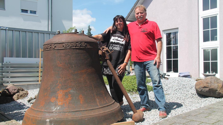 Das hat nicht jeder vor dem Haus: Willi Grillenberger hat die Glocke auf einer Online-Verkaufsplattform für seine Lebensgefährtin Beate Anna Dürr ersteigert. Ob sie in den mitgelieferten fünf Meter hohen Turm kommt, ist noch offen.