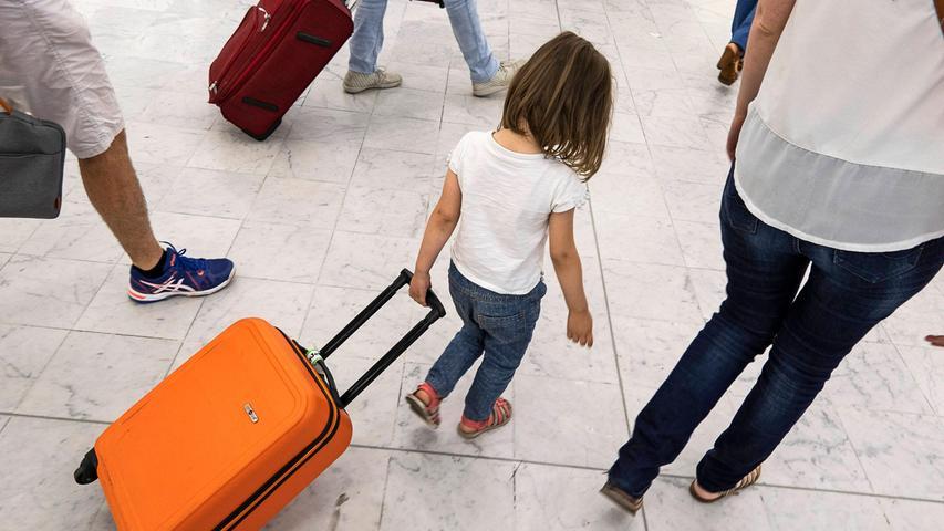 Wer mit Kinder verreist, sollte im Auge behalten, wie sich die Inzidenz im Urlaubsland entwickelt. Sonst könnten im schlimmsten Fall Quarantäne und ein Bußgeld wegen Verletzung der Schulpflicht drohen.