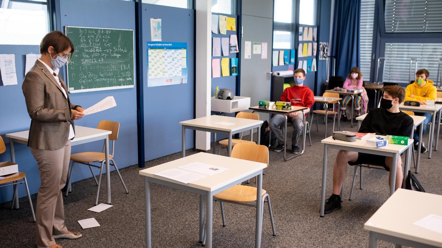 Ferienende, der Unterricht startet. Doch einige Tische bleiben leer, weil die Schulkinder nach Rückkehr in Quarantäne mussten.
