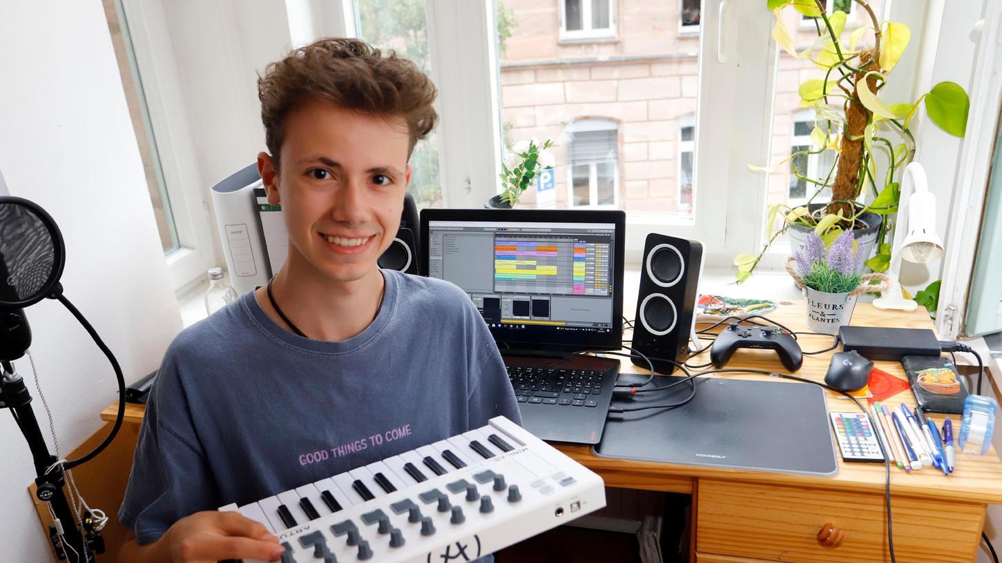 Schüler Marlin Simen aus Nürnberg hat einen eigenen Song komponiert und produziert und es damit ins Finale eines Nachwuchswettbewerbs geschafft.