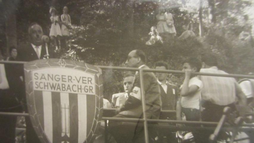 1958 auf dem Eschenauer Kellerberg beim zehnjährigen Bestehen, Eschenaus Bürgermeister Konrad Engelhardt am Mikrofon bei seiner Begrüßungsrede.