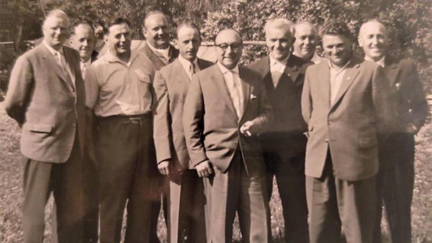 Die erweiterte Vorstandschaft der Sängervereinigung im Mai 1954 mit demerstenVorsitzendenHans Engelhardt (rechts vorne).