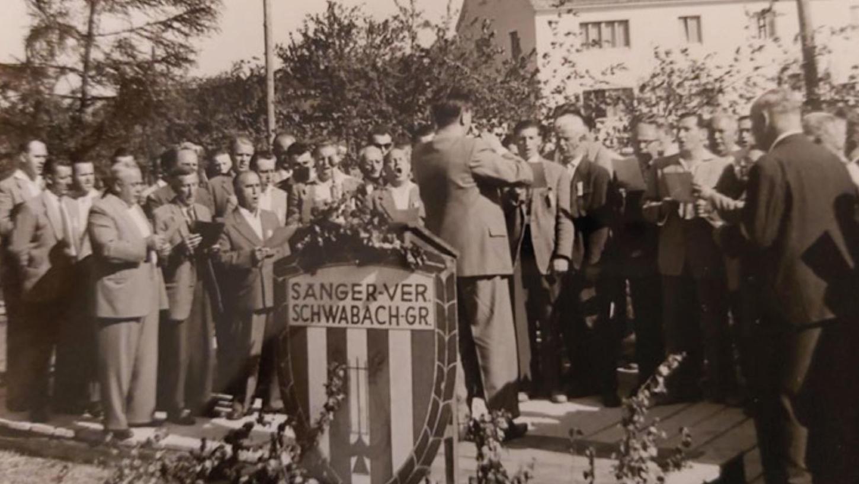 Chorleiter Ernst Redwig dirigiert die Chöre aus Forth-Büg, Weißenohe, Eckenhaid und Oberschöllenbach.