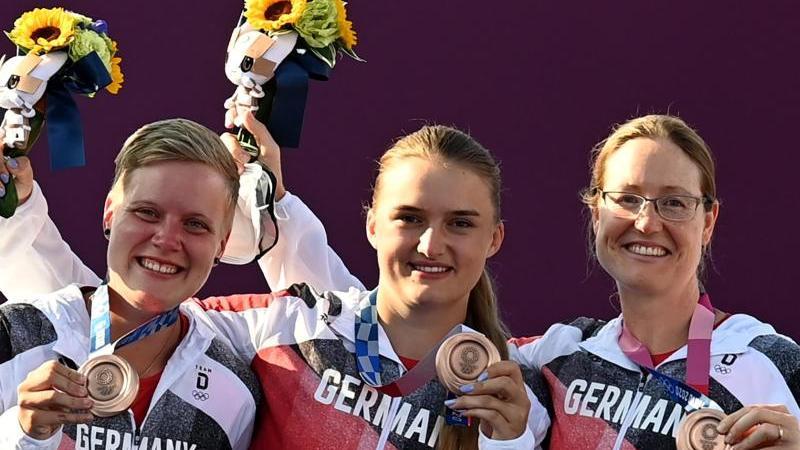 Der Teamwettbewerb im Bogenschießen der Frauen war ein besonders spannender. Am Ende holten (von links) Michelle Kroppen, die Feuchterin Charline Schwarz, Lisa Unruh (Bogenschießen) Bronze.