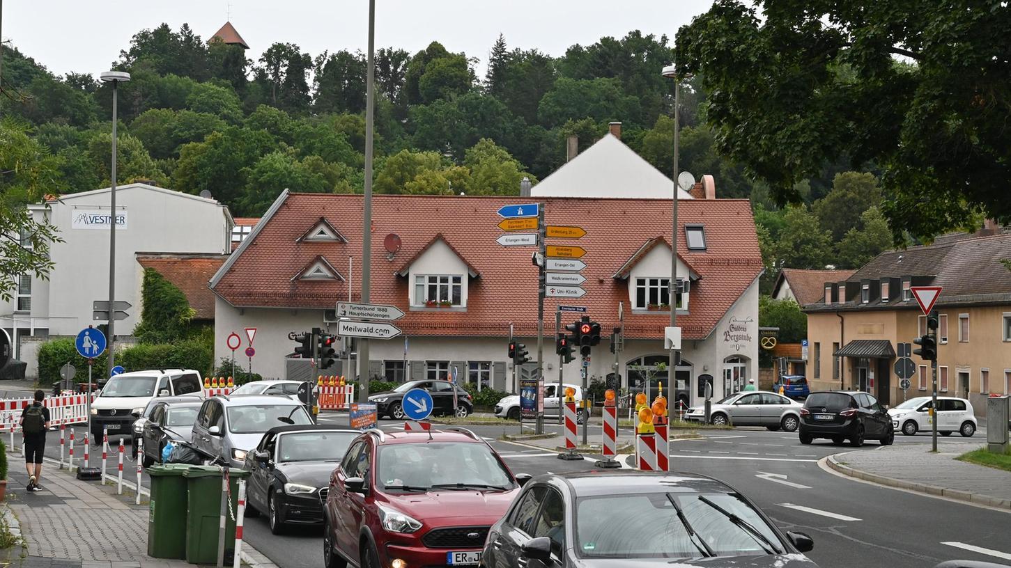 Weil die Bayreuther Straße zwischen Baiersdorfer Straße und Essenbacher Straße gesperrt ist, kommt es in der Nordstadt (wie hier beim Gulden und in der Essenbacher Straße)  zu Mega-Staus. Foto: Klaus-Dieter Schreiter
