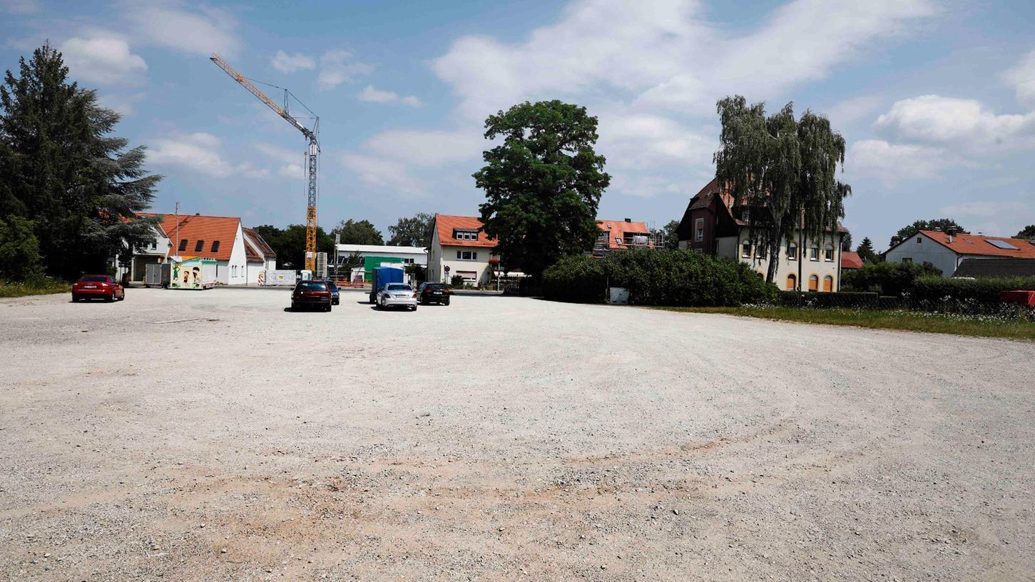 An fünf Tagen im Jahr ist hier Kirchweih. Sonst dient die Schotterfläche in Boxdorf als Parkplatz.