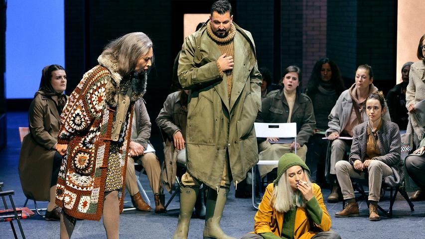 Senta (Asmik Grigorian, sitzend) hat keinen Bock auf den biederen Alltag in Dalands Welt. Szene aus dem Bayreuther