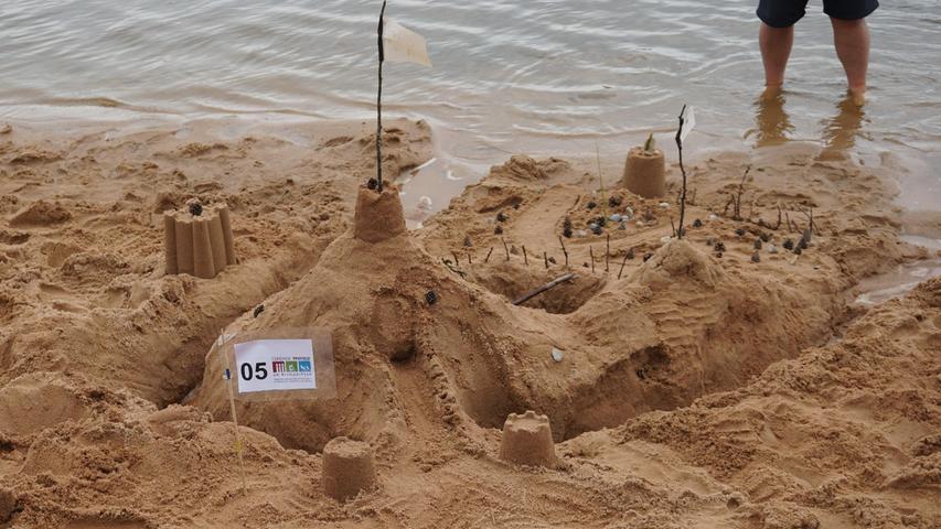 Neben den unterschiedlichen Motiven wurden auch klassische Sandburgen mit Türmen und Wassergräben präsentiert.