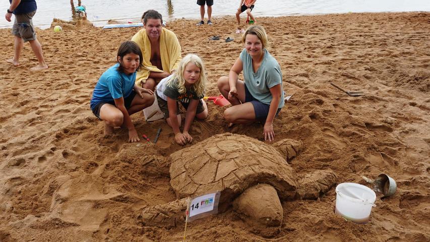 Auch Lorenz und Robin bauten gemeinsam mit ihrer Mutter Kathrin eine Schildkröte. Die Idee für dieses Motiv kam ihnen beim Frühstück, da dies thematisch sehr gut zu Sand und Wasser passt.