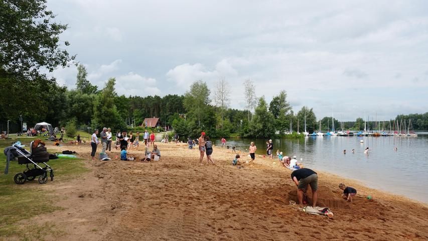 Der Regen am Tag zuvor sorgte vor ideale Baubedingungen am Strand.