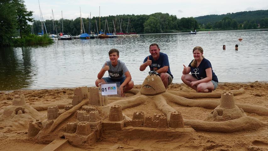 Den ersten Platz konnten Moritz Schardt (links), Björn Weber und Anika Weber mit ihrem angriffslustigen Kraken ergattern. Die Urlauber aus der Nähe von Frankfurt konnten bereits in der Vergangenheit diesen Wettbewerb für sich entscheiden.