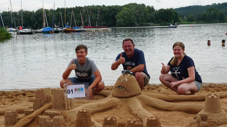 Den ersten Platz konnten Moritz Schardt (links), Björn Weber und Anika Weber mit ihrem angriffslustigen Kraken ergattern.