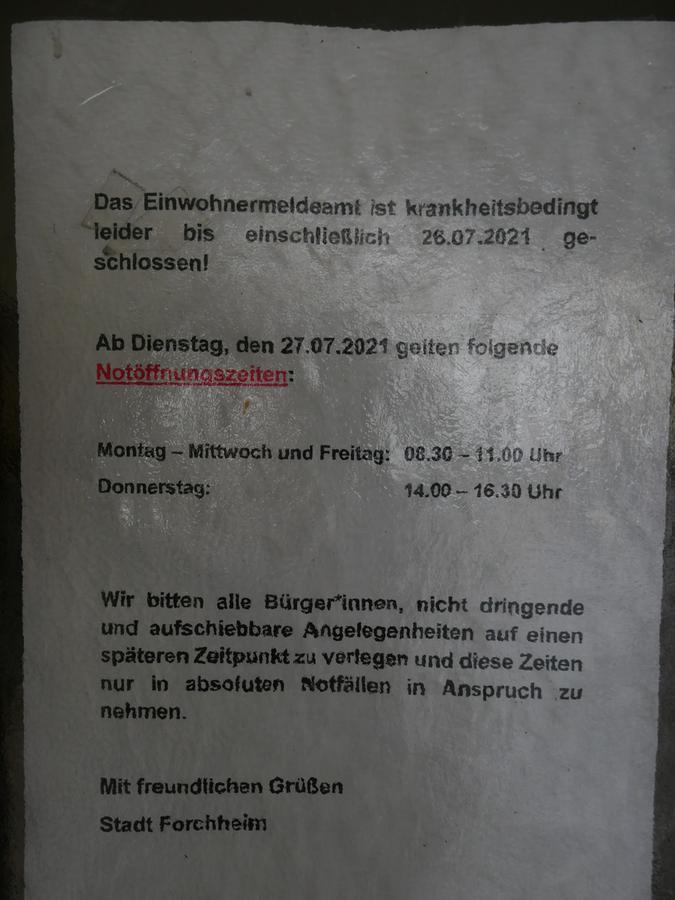 Ein Hinweis-Blatt an der Tür verkündet den Notbetrieb des Amtes.