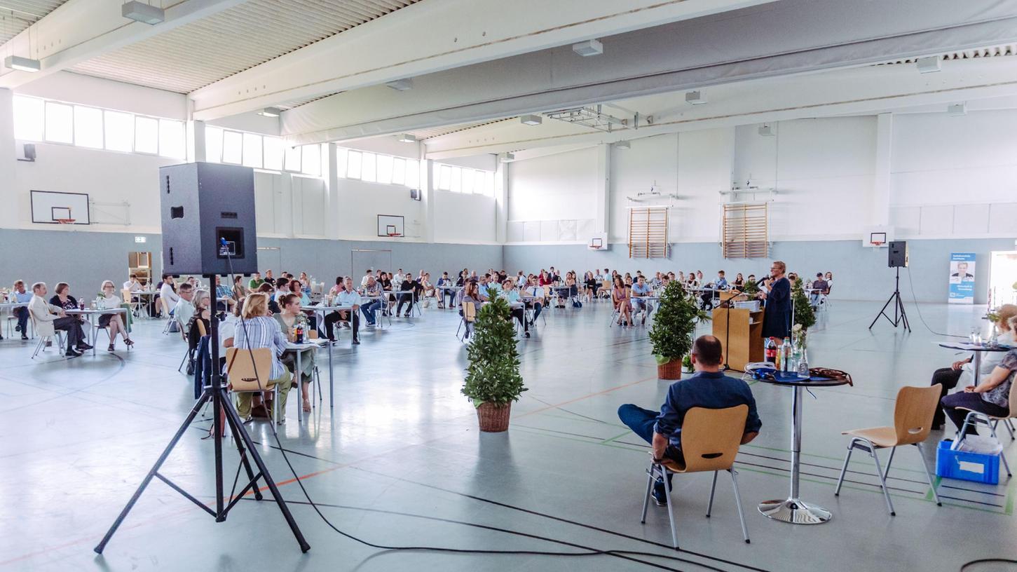 """""""Viele Türen stehen jetzt offen"""", sagte die stellvertetende Landrätin Rosi Kraus und forderte die Absolventen auf, immer neugierig zu bleiben, sich in der Welt umzuschauen und vielleicht dann auch in den Landkreis Forchheim zurückzukehren."""