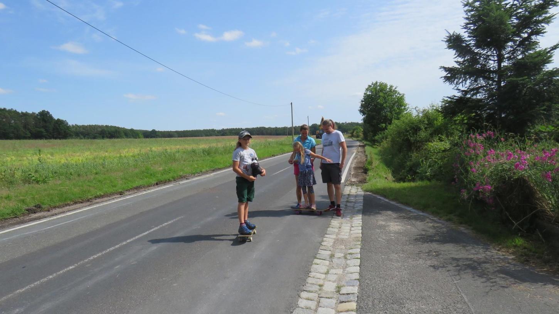 Weil die Straße zwischen Höchstadt und Kleinneuses in beide Richtungen voll gesperrt ist, können Jonah und Ida Kaiser derzeit auf der Straße spielen.