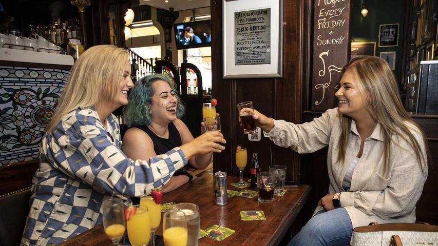 Öffnen Bars und Kneipen? Bayern droht Krach - Entscheidung am Dienstag