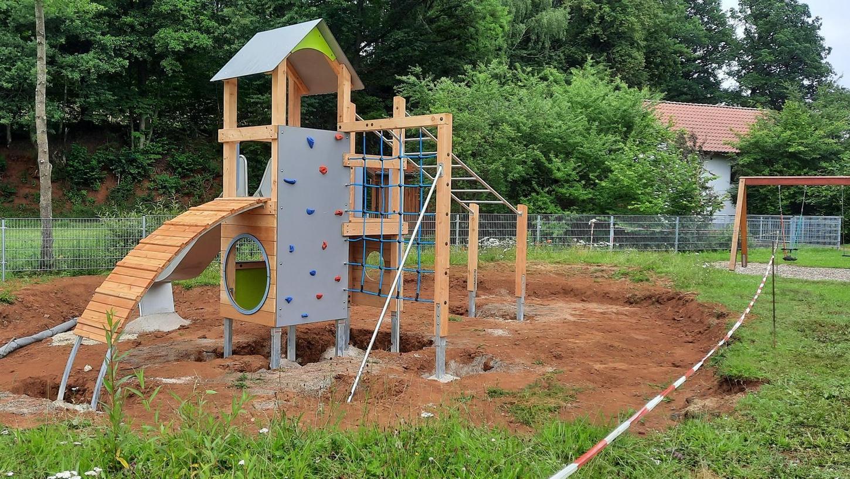 Das neue Spielgerät kann zwar noch nicht genutzt werden, dominiert aber bereits den Spielplatz in Zogenreuth.