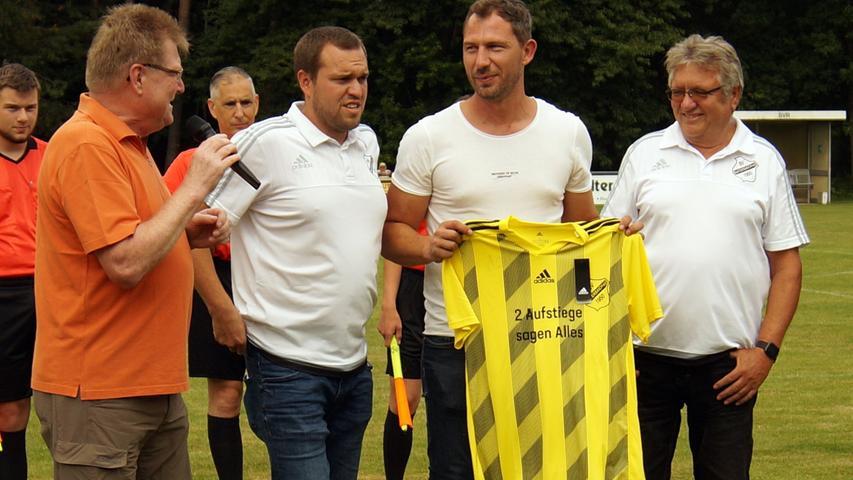 Gelb-Schwarz für zuhause: Dietmar Kusnyarik (2. von rechts) bekommt zum Abschied vom SV Raitersaich ein Trikot.